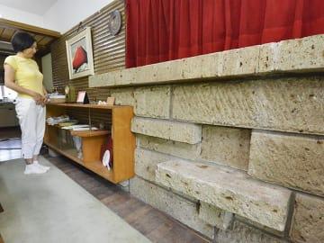 暖炉用に組まれた石組み。フランク・ロイド・ライトが好んだ大谷石とみられる石材が使われている=今年8月、岐阜市、笠井邸