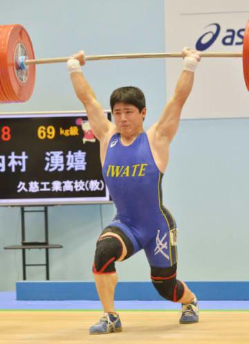 成年男子69キロ級ジャーク 3回目に156キロを成功し、4位に入った内村湧嬉(久慈工高教)=小浜市民体育館