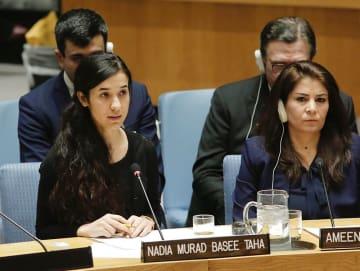 2016年12月、ニューヨークの国連本部で開かれた安保理会合で演説するナディア・ムラドさん(左)(国連提供・共同)