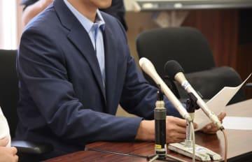 新潟市内で記者会見する、いじめを訴えて自殺した男子生徒の父親=5日午前