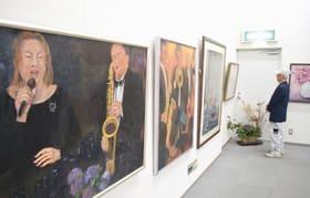 会員らが自由に描いた作品が展示されている絵画展