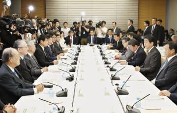 未来投資会議であいさつする安倍首相(右から2人目)=5日午後、首相官邸