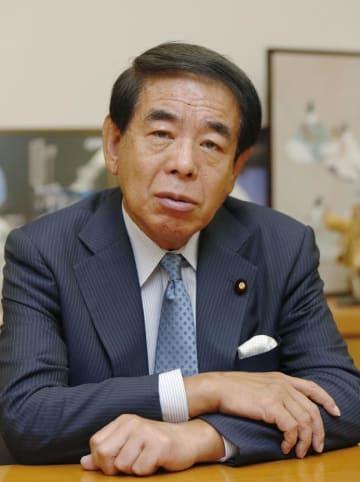 下村博文氏。文科相当時は大臣室に教育勅語を掲げていたという