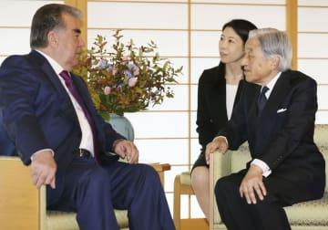 タジキスタンのラフモン大統領と懇談される天皇陛下=5日、皇居・御所(代表撮影)