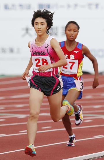 成年女子5000メートル決勝 15分34秒22で優勝した兵庫・田中希実(左)=福井県営陸上競技場