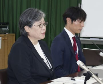 記者会見する学校法人須磨学園の西泰子理事長(左)ら=5日午後、神戸市