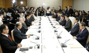 首相官邸で開かれた未来投資会議=5日午後