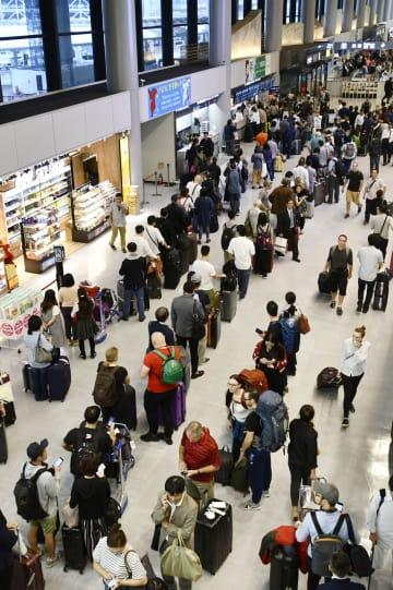 京成電鉄の運転見合わせなどの影響で、バスの切符を求める長い列ができた成田空港第1ターミナル=5日午後4時30分ごろ