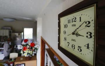 地震発生の時刻付近で止まったままの掛け時計。住民は避難所で生活している=5日午後、北海道厚真町