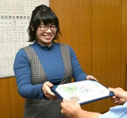 踏切で立ち往生していた女性を救助し、のじぎく賞を受け取った田隅さん=飾磨署