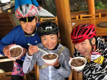 写真左から、大会ナビゲーターの白戸太朗さん、野島裕史、伊藤健太郎さん