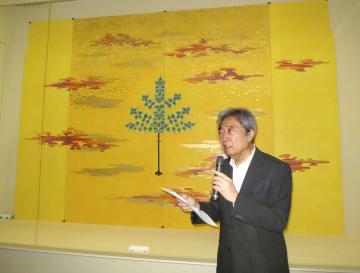 自身の作品の前で、あいさつする細川護熙氏=6日午前、熊本市の熊本県立美術館