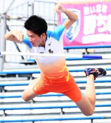 陸上少年男子A棒高跳び 自己ベストの4メートル90をクリアする小林=福井県営陸上競技場