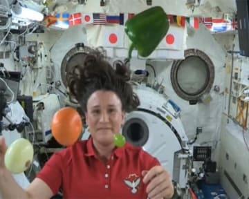 セリーナ・オナン・チャンセラー飛行士と「こうのとり」7号機搭載の生鮮食品。(c) JAXA / NASA