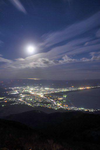 むつ市の釜臥山から見た「アゲハの夜景」と夜空の月(むつ商工会議所提供)