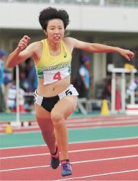 少年女子A100メートル決勝 11秒83で2位と0秒03差の接戦を制した三浦