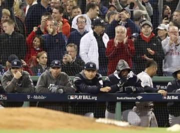 レッドソックスに敗れ、ベンチで厳しい表情を見せるヤンキース・田中(中央)=ボストン(共同)