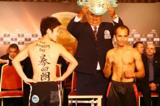 この計量のため、書道家の友人に背中に拳四朗とペイントしてもらった拳四郎(左)とメリンド