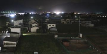 豪雨で被災後、人口減少傾向の岡山県倉敷市真備町地区。夜になっても明かりがともらない民家が目立つ=4日
