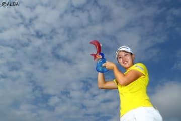 沖縄の青い空にトロフィーを掲げた立浦葉由乃(撮影:村上航)