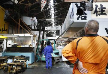 最終日の営業を終え、引っ越し作業が始まった東京・築地市場=6日午後
