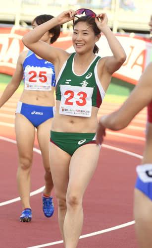 【陸上成年女子100メートル決勝を制して笑顔を見せる世古和(三重)=福井県営陸上競技場で】