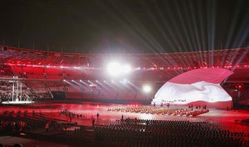 国旗掲揚で行われた光の演出(共同)