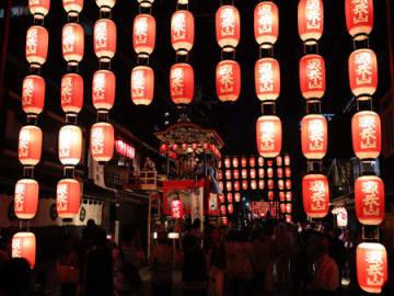 新調された源氏山のちょうちんが宵宮の祭り情緒を盛り上げた(6日午後6時15分、大津市京町1丁目)