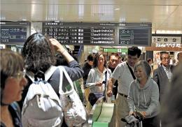 人身事故による新幹線の遅れで混雑する改札口=6日午前11時ごろ、JR仙台駅