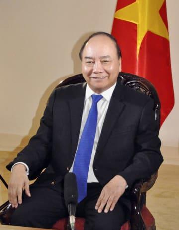 共同通信などと会見するベトナムのグエン・スアン・フック首相=6日、ハノイ(共同)