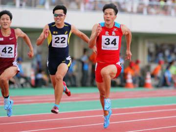 陸上成年男子100メートル決勝 10秒58で優勝した山県(34)=福井市・県営陸上競技場