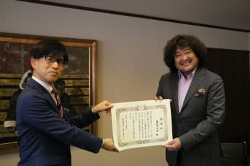 股張文化観光部長から感謝状を受ける葉加瀬さん(右)=長崎市桜町、長崎商工会館