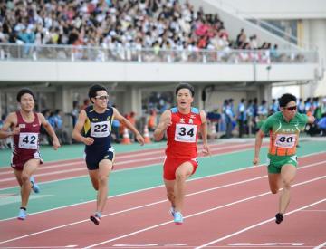 福井国体陸上競技の成年男子100メートルで優勝した山県亮太(右から2人目)=10月6日、福井県福井市の9・98スタジアム