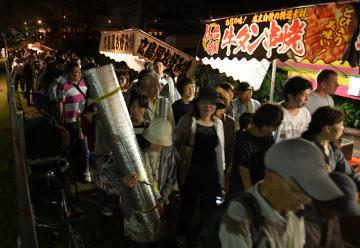 土浦全国花火競技大会が中止となり、会場を後にする大勢の観衆=6日午後8時ごろ、土浦市田中、鹿嶋栄寿撮影