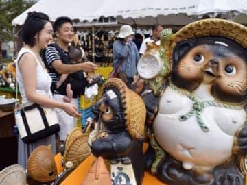 お気に入りの陶器を探す買い物客らでにぎわう信楽陶器まつり(甲賀市信楽町長野・信楽駅前広場)