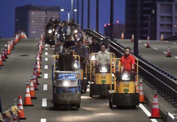 築地市場から豊洲市場へ移動する「ターレ」の車列=7日午前5時17分、東京都江東区