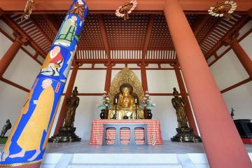 約300年ぶりに再建された「中金堂」の堂内。中央は本尊釈迦如来坐像。手前左は「法相柱」=奈良市の興福寺