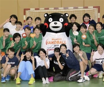 2019年女子ハンドボール世界選手権のPRで、大学チームの選手らと記念撮影するくまモン=6日、東京都立川市