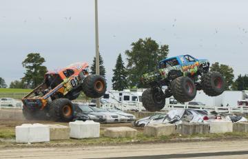 「モンスタートラック」チャレンジ開催、カナダ·オンタリオ州