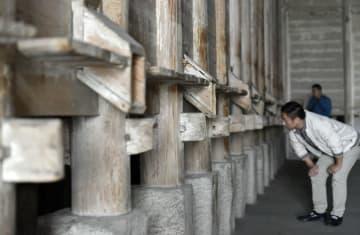 今も現役、トゥチャ族式「吊脚楼」倉庫 湖北省恩施