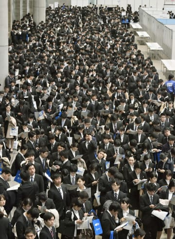 Job-hunting season begins for Japan university students