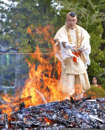新潟県燕市の国上寺で行われた「炎上供養」=7日午後