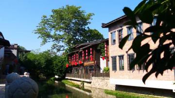パフォーマンスが古い道並みを彩る 福建省福州市