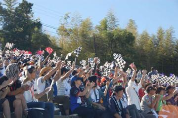 【コースを疾走するF1マシンを応援する観客=鈴鹿市稲生町の鈴鹿サーキットで】