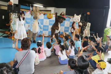 【ピーターラビットのショーを楽しむ子ども=桑名市長島町浦安のナガシマスパーランドで】