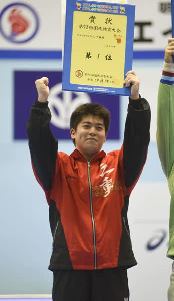 【重量挙げ少年男子94キロ級スナッチで優勝した亀山高3年の増田竜星=福井・小浜市民体育館で】