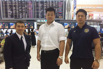 ハンガリーへ向かった奈良勇太(中央)と塩川貫太(右)、豊田雅俊コーチ=チーム提供