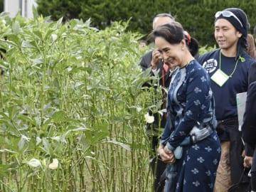 Suu Kyi visits Fukushima