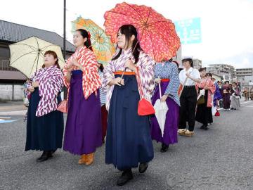 大正時代の衣装に扮(ふん)した仮装パレードの参加者=7日午後、埼玉県さいたま市中央区
