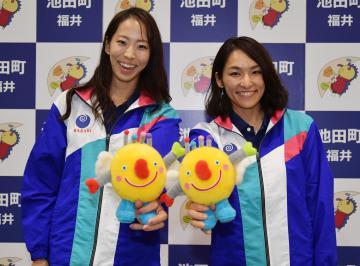 スポーツクライミングの成年女子リードで優勝した小林・野口組(右から)=池田町特設会場、菊地克仁撮影